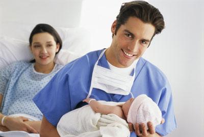Врач с новорожденным