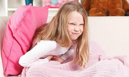 При эшерихии в мочевом пузыре у детей появляются признаки цистита - боль, жжение при мочеиспускании, кровяные вкрапления и белые гнойные хлопья в урине