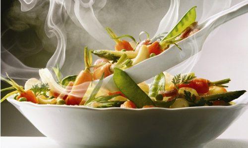 На диете при цистите овощи, нежирные сорта мяса, птицы и рыбы следует отваривать, запекать или готовить на пару