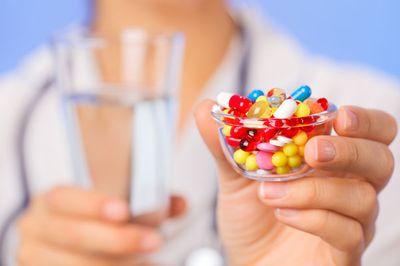 стакан воды и разноцветные пилюли