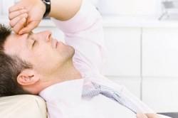 Боль в животе - один из симптомов тератомы
