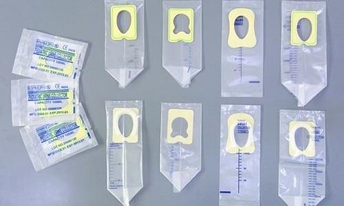 Если собрать мочу во время опорожнения невозможно, необходимо использовать специальные маленькие пакетики для новорожденных детей