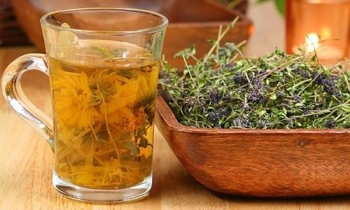 При воспалении почек и при цистите эффективны травы в виде настоев и отваров для приема внутрь