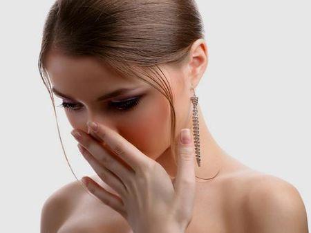 девушка чувствует плохой запах