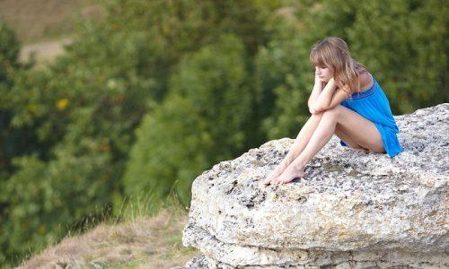 Не рекомендуется сидеть на камнях, бетонном бортике, холодной земле, пляже без подстилки