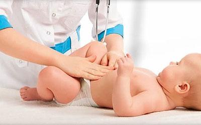 Обследование врачом новорожденного